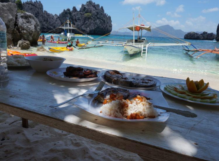 Repas sur la plage small lagoon - Palawan - Philippines