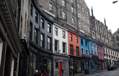 Edimbourg_Ecosse : rue avec des maisons colorées