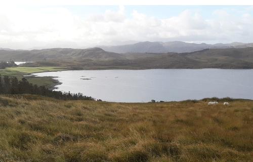 Paysage sauvage avec un loch sur la route_vers_Durness_Highlands_Ecosse